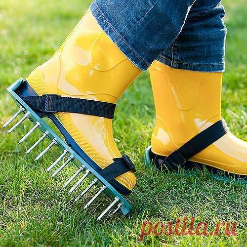 Помогите своему газону дышать. Такие простые присобления на самом деле очень полезны для вашего газона. С каждый шагом, вы буквально помогаете своему газону дышать. Длинные шипы прокалывают газон, рыхлят почву, насыщая её воздухом и облегчая доступ влаги, при этом не повреждают траву.