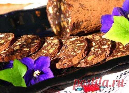 Шоколадная колбаса с орехами.