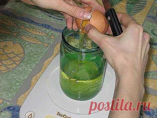 Майонез получается очень густой, не расслаивается, в холодильнике может храниться, не портясь, до двух недель. Ингредиенты – одно яйцо; – 250 мл подсолнечного масла (рафинированного, без запаха, не рапсового); – одна чайная ложка сахара; – треть чайной ложки соли; – одна столовая ложка лимонного сока; – по желанию специи (добавим одну чайную ложку горчицы – получим майонез «провансаль», добавим чеснок и мелкими кусочками соленый огурец – получим майонез «тартар»).Приготовл...