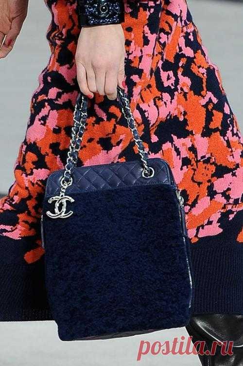 Сумки с ручками в виде оплетенных цепей. Модные тенденции французских подиумов.