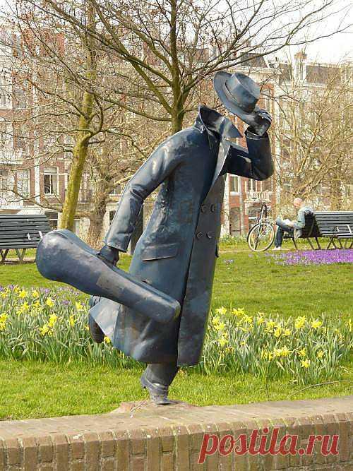 "Амстердам, улица Marnixstraat, Скульптура неизвестного художника ""Running for the number 10 tram"""
