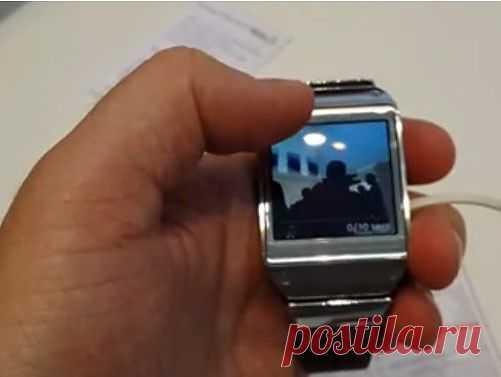 Многофункциональные умные часы Samsung | Современные технологии позволяют объединить в одном устройстве несколько различных функций. Компанией Samsung на выставке в Германии представлены многофункциональные умные часы Galaxy Gear. Заинтересованным посетителям выставки предлагают оценить удобство умных часов в действии. Часы Galaxy Gear снабжены микрофоном и динамиком, которые используются для совершения звонков. Это является отличительной особенностью нового образца от других похожих экземпляро