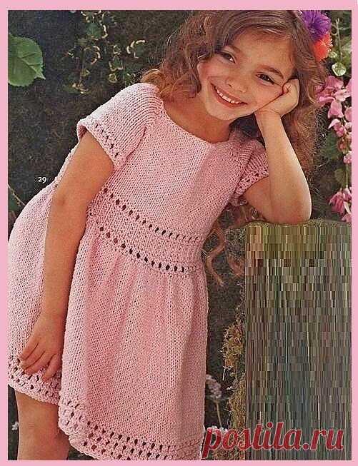Платье спицами для девочки Платье связано простой лицевой гладью с незамысловатой отделкой из хлопка. Короткий рукав - реглан. Простое, но такое милое в своей элегантности платьице для маленькой принцессы. Доступно для воплощения вязальщицам с небольшим опытом вязания.