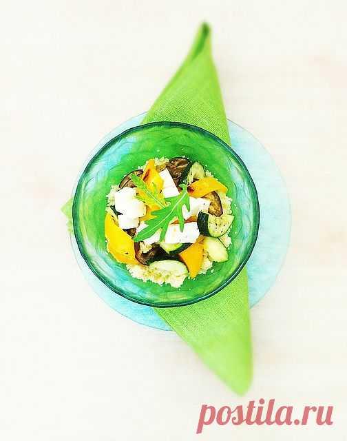 Теплый салат с запечеными овощами и кус-кусом (Куску́с, кус-кус — блюдо, изготавливаемое из крупы, магрибского или берберского происхождения; также кускусом называют саму крупу.)