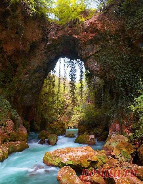 El puente antiguo de piedra. Epir, Grecia