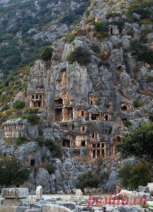 Античные ликийские гробницы в древнем городе Мира являются одной из главных достопримечательностей провинции Анталья в Турции. Каждая гробница вырубалась прямо в скале