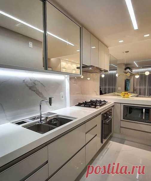 Глянцевая кухня, прямая! Нравится, что не белый цвет!
