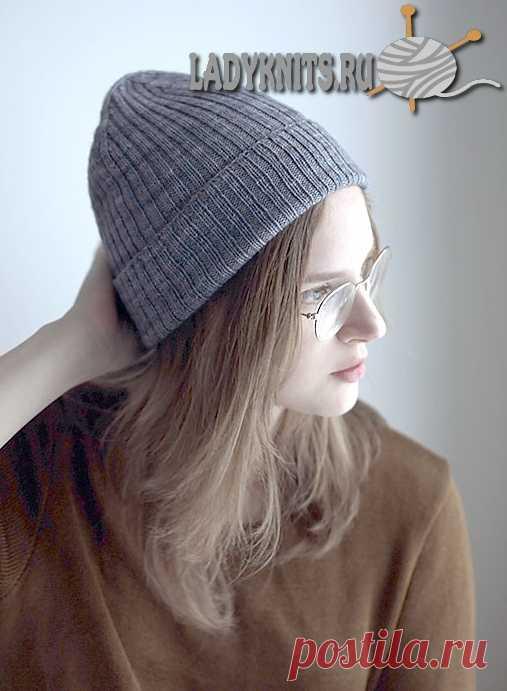 Модная женская шапка бини спицами, описание