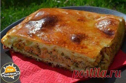 Рыбный пирог на скорую руку Пирог - просто палочка-выручалочка! Для приготовления необычайно вкусного и ароматного пирога с рыбой и картофелем необходимы следующие продукты: 5 небольших картофелин; 2 банки сайры или сардины в масле; 150 г муки; 1 стакан сметаны; 1 стакан майонеза; 3 яйца; 1 луковица; ½ ч. л. соли; ½ ч. л. соды. В миске соедините муку, яйца, сметану, майонез и соду. Посолите. Тесто должно напоминать по консистенции густую сметану. Для начинки очистите карт