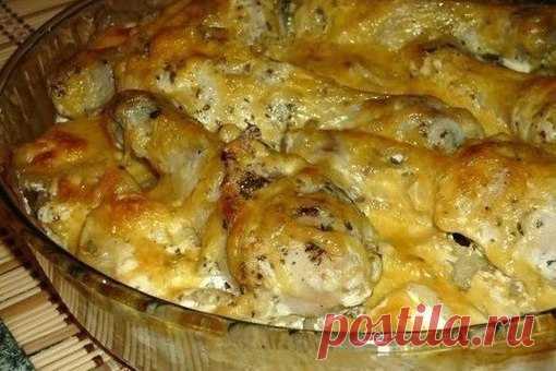КАРТОШКА С КУРИНЫМИ НОЖКАМИ В ДУХОВКЕ  Блюдо получается обалденное   Ингредиенты:   - 6 куриных ножек; - 1 кг картофеля; - 250 г сметаны; - соль, сухие травы, перец - по вкусу; - 2 зубчика чеснока; - 300 г сыра.  Приготовление:   Куриные ножки солим, перчим, посыпаем сухими травами, добавляем чеснок, пропущенный через пресс, и сметану. Перемешиваем и оставляем минут на 30. Очищенный картофель режем достаточно тонкими кружками, солим, перчим, выкладываем в жаропрочную форму...