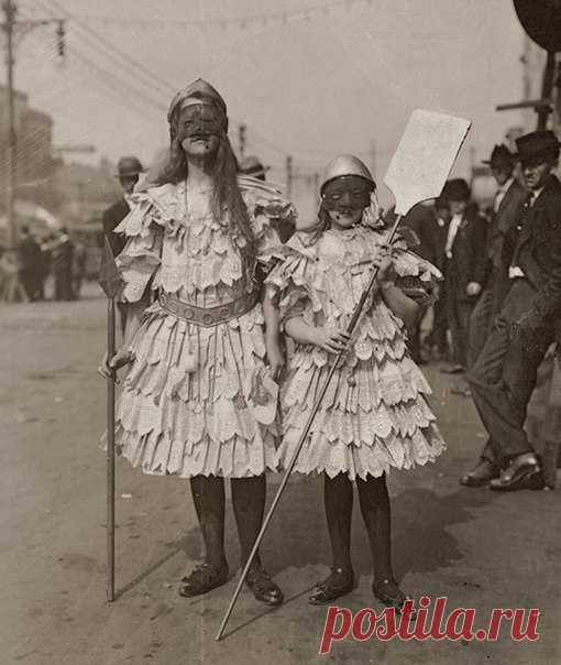 Эти две девочки в одинаковых платьицах – не обязательно сестры. Это могут быть и вовсе… мальчики. Читайте заметку о празднике Марди Гра (кстати, он сегодня).