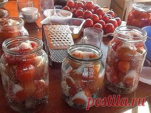Поделюсь суперским рецептом засолки небольших помидор в литровые банки.   1) В стерилизованные баночки укладываем 1-2 зубчика чеснока, добавляем листик лаврушки.  2) Укладываем помидоры в банки. 3) Помидоры заливаем кипятком и накрываем крышками.  4) Дать настояться 15 минут.  5) Слить воду в кастрюлю и довести до кипения.  6) Пока вода закипает, в банки с помидорами кладем: 1 дес. Ложку соли, 2 дес. Ложки сахара, 4 горошка перца, на конце чайной ложки кладем кориандр и ст...