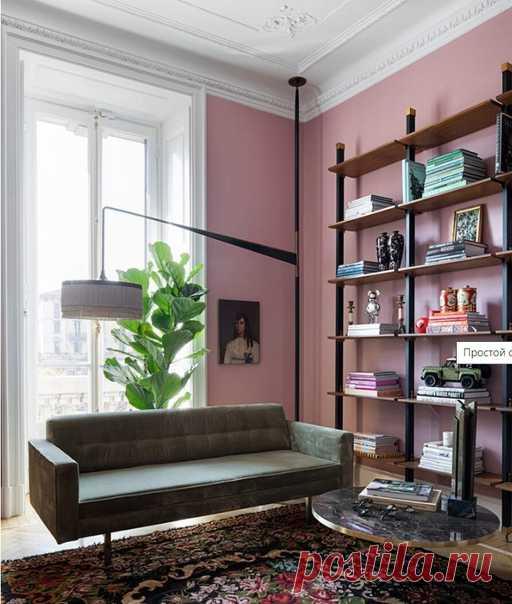 Розовые стены, лепнина, микс современной и винтажной мебели