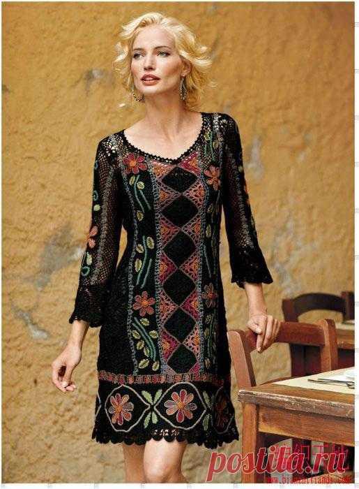 Черное платье из элементов со схемой вязания.