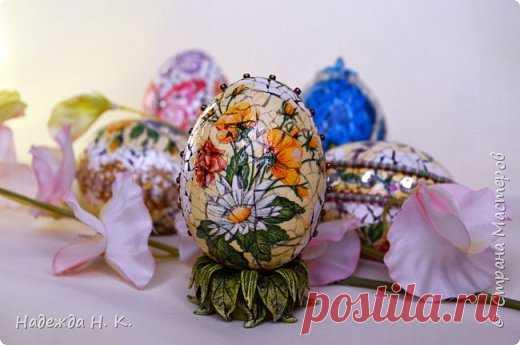 Los huevos de Pascua de recuerdos sobre los soportes del test salado. Krakle y dekupazh.