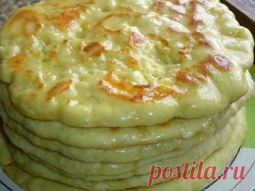 Рецепт традиционной грузинской кухни: вкуснейшие хачапури по-тбилисски!  Хачапури – это известное блюдо грузинской кухни. Много кто не слышал о нём, так как оно популярно не только в Грузии, но и во многих других странах.Существует множество рецептов этого блюда, и у каждой хозяйки есть свой секрет его приготовления, но именно этот считается универсальным. Блюдо, приготовленное по этому рецепту, получается очень аппетитным и сытным. Показать полностью…