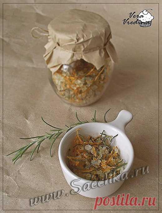 Пряная соль - кулинарный рецепт с фото Пряная соль приготовлена с цедрой и розмарином по рецепту Джейми Оливера. Хороши с этой солью лепешки и хлеб, вкусно запекать овощи, рыбу, курицу.