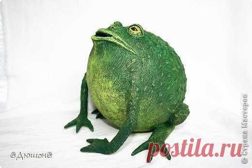Копилка жаба в технике папье-маше Копилка жаба в технике папье-машеКопилка жаба в технике папье-маше поможет скопить денег на мечту.