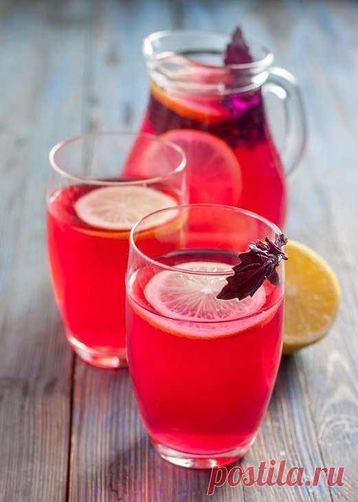 Райхон. Напиток из базилика  ИНГРЕДИЕНТЫ  Базилик фиолетовый - 1 пучок  Вода (кипяток) - 3 л  Лимон - 1 шт  Сахар - 200 гр  КАК ПРИГОТОВИТЬ  1. Для приготовления этого яркого, полезного и вкусного напитка нам понадобится лишь пучок базилика (обязательно фиолетового!), сахар и лимон. Кипяток не считается).  Итак, базилик и лимон хорошо моем, воду кипятим.  2. В кувшин кладем листья базилика (можно их хорошенько подавить руками, чтобы процесс пошел быстрее) и заливаем кипятк...