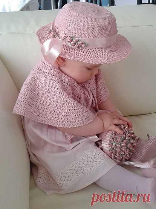 Розовая шляпка  (Раиса Бабука) Подарила мне сестра розовую шляпку, С кружевами на полях и еловой лапкой.  Шляпку стала примерять на своей собачке, Но, смахнув её хвостом, та сбежала с дачи.  Отражаюсь в зеркалах платяного шкафа. Не хватает одного: маминого шарфа.  Вот по улице иду в этой шляпке розовой. Я похожа на цветок, что зовётся розою.  Перед клумбой расписной стала выше ростом я. На носочки поднялась, я совсем как взрослая.