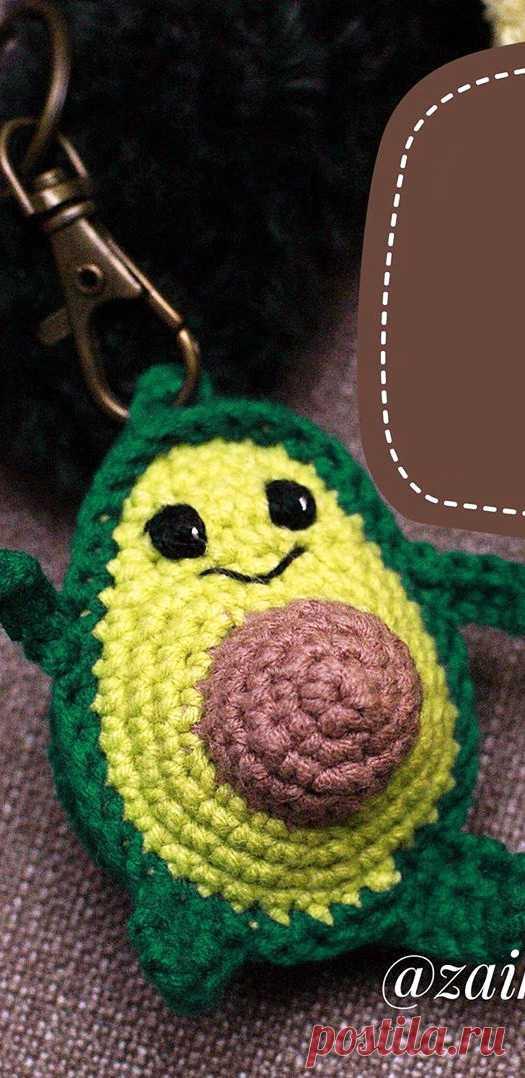 PDF Брелок Авокадик крючком. FREE crochet pattern; Аmigurumi doll patterns. Амигуруми схемы и описания на русском. Вязаные игрушки и поделки своими руками #amimore - авокадо, фрукт.