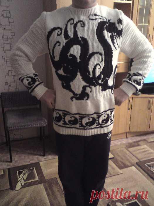 Мужской пуловер спицами. Жаккард - Дракон