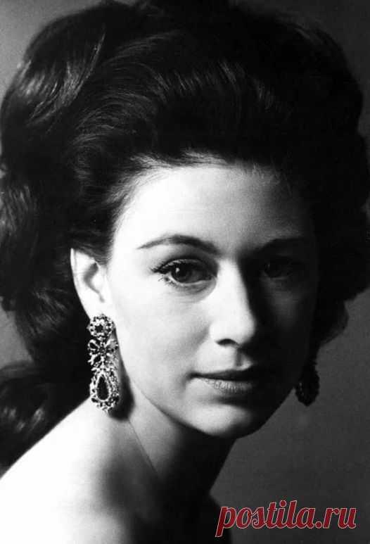 ИСТОРИЯ ОДНОЙ ЖИЗНИ Она была настоящей принцессой, не сказочной, а реальной. Одна из красивейших женщин в истории, икона стиля, законадательница моды - ее звали Маргарет Виндзор(1930-2002). 21 августа 2020 года принцессе Маргарет исполнилось бы 90 лет.