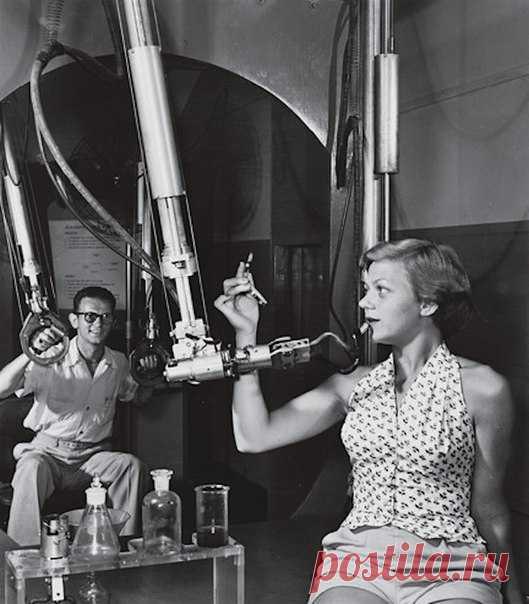 Мужчина, женщина, механическая рука, помада: что, по-вашему, происходит на этой фотографии из 50-х годов?