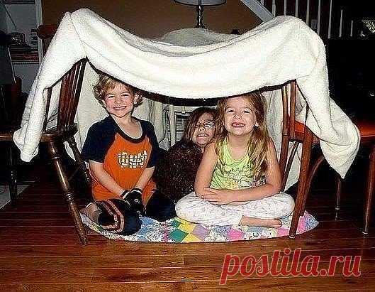 В детстве квартирный вопрос решался легко: два стула, две подушки, покрывало — и дом готов