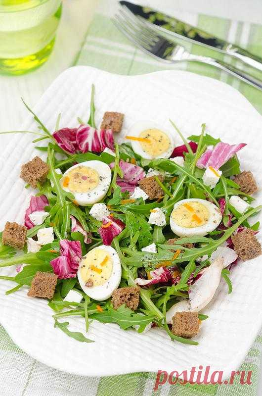 Салат с перепелиными яйцами и брынзой.