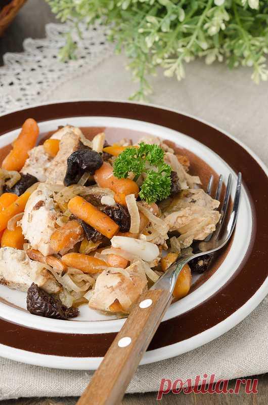 Запеченные куриные грудки с морковью, луком и черносливом. (Рецепт по клику на картинку).