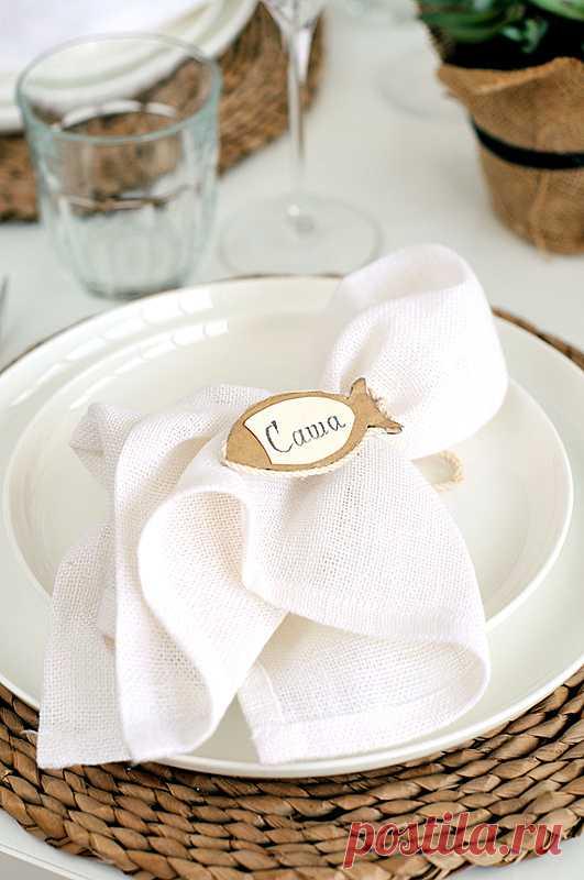 Как сделать декоративные кольца для салфеток. Такие рыбки одновременно и украшение для салфетки, и карточки с именем гостя. (Мастер-класс от puzovok.livejournal.com по клику на картинку).