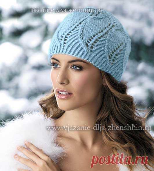 Женская вязаная шапочка выполнена красивым узором, напоминающим листочки.