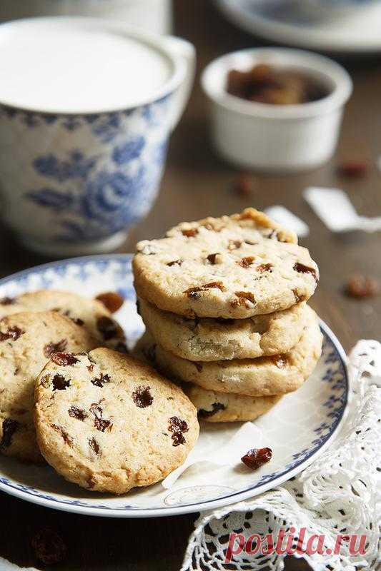 Cookies with raisin, a coco and a lemon dried peel.