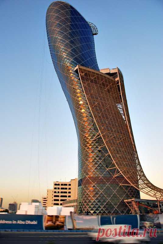 Пизанская башня в Абу-Даби, ОАЭ