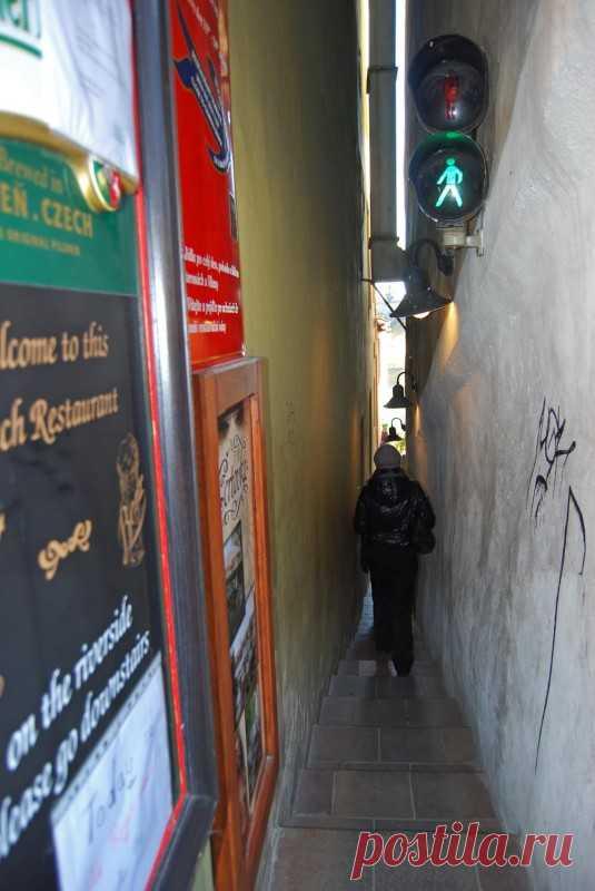 Улица, где двое не разойдутся! Самая узкая пешеходная улица со светофором! Прага, Чехия