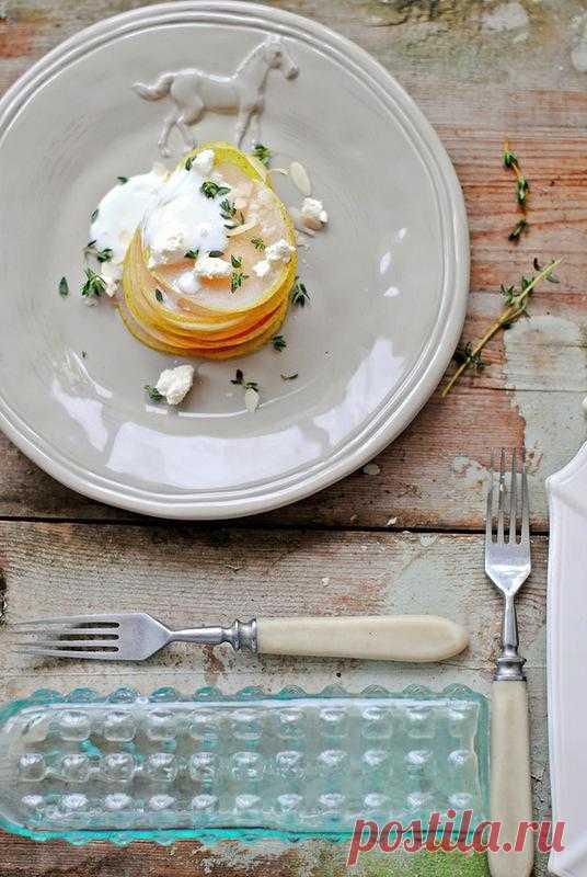 Салат с грушей и козьим сыром.