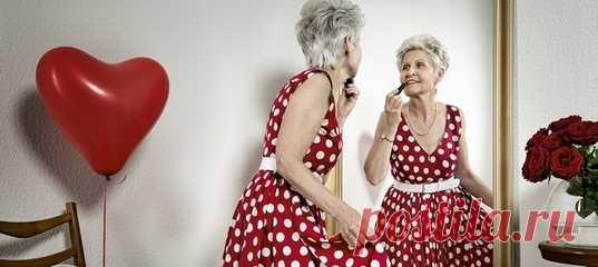 Страх старости, самого процесса старения для современных женщин один из самых сильных. Мы отчаянно не хотим расставаться с молодостью, изо всех сил боремся с каждой новой морщинкой. Страх подпитывается извне, внушается всюду и в итоге лишает женщин в возрасте чувства собственного достоинства и уверенности. Размышляем, почему старшее поколение женщин стремится выглядеть моложе своих лет. #личностноеразвитие #женскаяпсихология #психологияженщины #омоложение