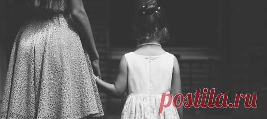 Образ матери: как он влияет на дочь? Становление женщины невозможно без материнской фигуры. Что бы ни происходило, всегда присутствует женский образ, с помощью которого девочка понимает, что это такое — быть женщиной. Раз уж я родилась девочкой, то что из этого следует?.. А следует очень разное, порой противоположное. В зависимости от того, какие отношения между матерью и дочерью, будут заложены основы женственности. #детииродители #материнство #семейныеотношения #семейнаяпсихология