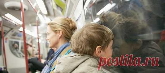 Обычное правило вежливого человека: уступайте места пассажирам с детьми. Все просто вроде бы, но вопрос: до какого возраста ребенок не в состоянии простоять пару остановок в метро? И почему он важнее, чем, например, уставшая, пусть и молодая женщина? О русском детоцентризме рассуждает журналист и режиссер Елена Погребижская. #менталитет #детииродители