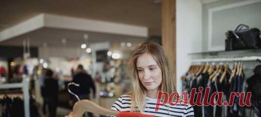 Как хочется иногда купить красное платье или футболку с ярким узором! Но потом думаешь: а вдруг слишком вычурно? Что скажут люди? Это не мой стиль... И вновь достаешь из шкафа неприметный серый костюм... Почему так происходит и как побороть сомнения? Рассказывает стилист Инна Белова. #советстилиста #стиль #сераямышь #комплексы