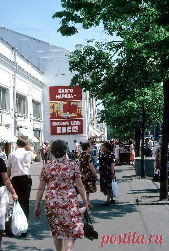 Las fotografías de la URSS de 1985 de las ciudades diferentes   el Diablo toma Como es conocido, 1985 se ha interpuesto en el camino para la URSS por el punto de partida, que lo llevará a su descomposición ya en 1991. Pero entonces todavía nada presagiaba que las nuevas instalaciones de partido y los juegos de las consignas pueden en cierto modo esencialmente cambiar la vida que se ha hecho ley de los ciudadanos soviéticos. La ciudad Vladímir Otdel por la venta de los televisores en Nóvgorod Moscú, la calle Arbat Vieja la Plaza central en Ereván Leningrado, el hotel \