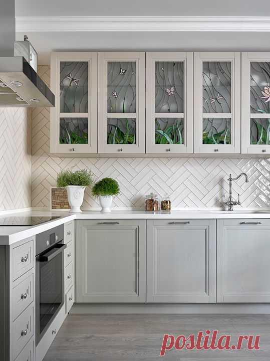 Кусочек лета на кухне... Как вам такие витражи на шкафчиках? 🌺 Проект: Вера Тарловская