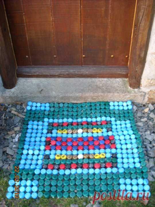 коврик из пластмассовых крышек