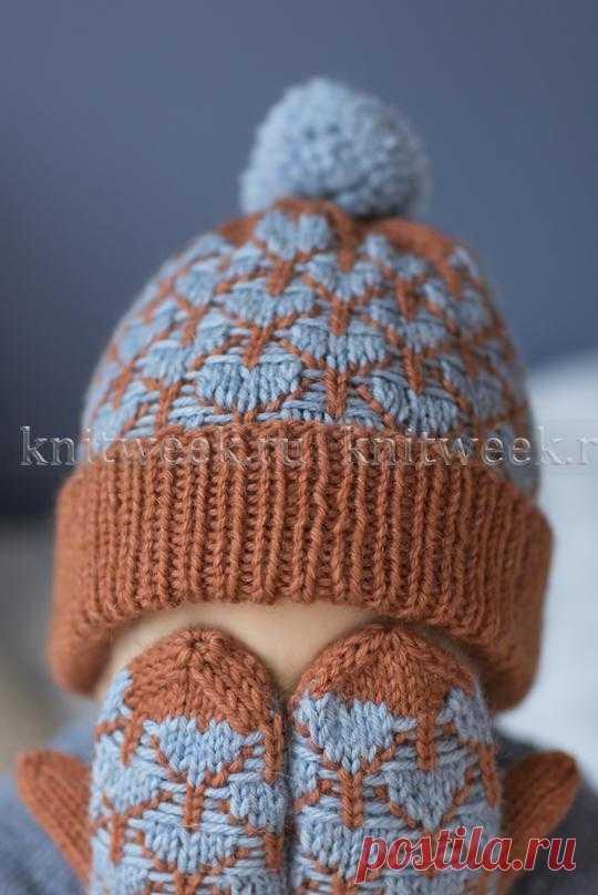 Отличная модель теплой шапки и варежек для ребенка спицами-новый перевод