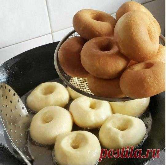Самые вкусные пончики  Тесто: Молоко - 500 мл. Яйца - 2 шт. Масло сл. или маргарин - 125гр. Сахар - 2 ст.л. + 1ч.л. Соль - 1,5 ч.л. Дрожжи сухие - 11 гр. (пакетик) Вода тёплая - 0,5 ст. Мука - столько, что бы тесто не было тугим, но и не липло к рукам. (Из этого кол-ва продуктов получается больше 40 пончиков, я делала пол нормы)  Приготовление: (я делала так) Молоко с водой смешать, немного нагреть Добавить весь сахар ...дрожжи Перемешать и дать дрожжам
