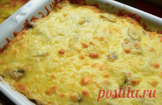 Картофельная запеканка  Картофельная запеканка, даром что готовится из картошки с луком да сметаны с сыром, получается невероятно вкусной, даже если в нее не добавлять никаких дополнительных ингредиентов. Вкусный, бюджетный и простой в приготовлении семейный обед или ужин, который придется по вкусу и детям, и взрослым.   Ингредиенты:  Картофель: 1 Килограмм, Сметана: 250 Грамм, Сыр: 200 Грамм, Лук репчатый: 2 Штуки, Соль, перец: - По вкусу   Приготовление:  Приготовить кар...