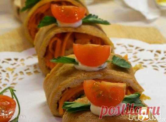 Яичный рулет с семгой и маринованной морковью