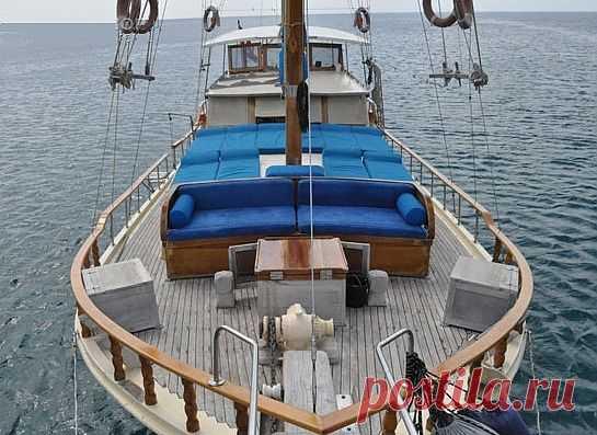 Гюлеты  Турецкие деревянные яхты приравниваются к  5*****  отелю на воде со всеми удобствами в каждой каюте рассчитанной на комфортное проживание и продолжительного путешествия 2- 3 -4 человек. Каюты делятся на дубль, мастер, VIB. Могут иметь кондиционер, ТВ -видео, душ - Шарко, кабинет, отдельную спальню для детей. Отдельные каюты для экипажа.