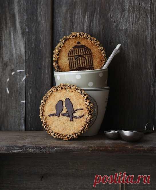 Идея оригинально украсить печенья (можно сделать трафарет и добавить немного растопленного шоколада)! (Рецепт, который можно перевести с испанского в translate.google.ru, по клику на картинку).